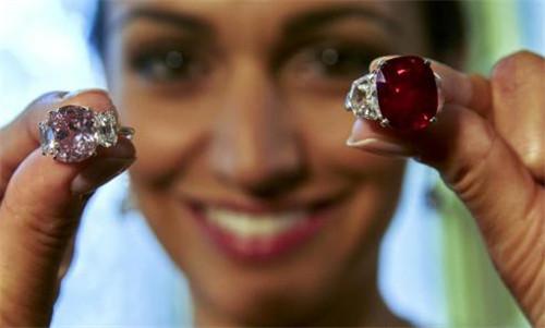 以超3000萬美元拍賣的鴿血紅寶石 創世界